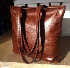 Handgemaakte schoudertas van mooi soepel bruin leer met rits bovenin.