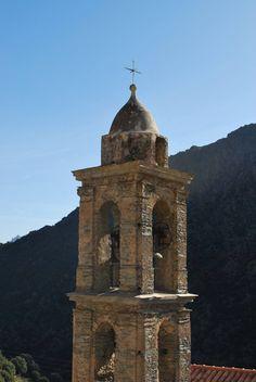 Clocher de l'église Saint Michel à Ascu dans les montagnes corses
