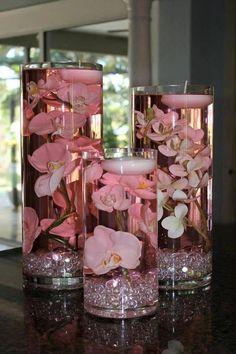 Schwimmkerzen über Blüten, Glassteinen - sieht aus wie gefärbtes Wasser. Andere Farben..