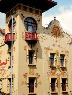 Пример облицовки штукатурного дома пестрого цвета в модерна стиле с узорами