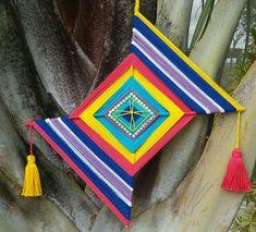 Yarn Crafts, Paper Crafts, Diy Crafts, God's Eye Craft, Gods Eye, Creation Deco, Thread Art, Native American Jewelry, Photo Illustration