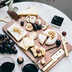 C h e e s e l o v e r s  Estamos super enamoradas de esta tabla para quesos con sus cuchillos a juego en color dorado!!   Disponible en nuestra tienda online (link bio)  Hoy es el último día para aseguraros que los pedidos llegan antes de Navidad!!!   @doiydesign  #gastropindoles #gastrotalkers #instafood #foodporn #regalos #hallazgosemanal #regalosfoodies #ideasderegalo #thekitchn #vscofood #f52grams #foodie #foodgasm #foodpic #foodstyling #foodgawker #beautifulcuisines #hautecuisines…