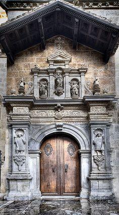 Capilla real, Catedral de Granada. •Es una capilla en la catedral de Granada. Es una mausoleo donde los cuerpos del rey don Fernando de Aragón II y la reina doña Isabela de Castilla I están enterrado. También hay un museo con mucho arte, ornamentos, y tapices de la historia de Granada.  Está en el centro de la ciudad.
