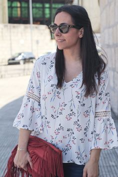 siempre hay algo que ponerse. Manga campana. Blusa floral Fashion Sketchbook, I Dress, Shirt Blouses, Kurti, Shirt Style, Floral Tops, Ready To Wear, Fashion Photography, Bell Sleeve Top