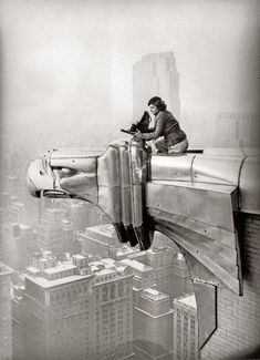 American photographer and journalist Margaret Bourke-White - perches on an eagle head gargoyle at the top of the Chrysler Building and focuses a camera, New York, New York, (Photo by Oscar Graubner/Time Life Pictures/Getty Images) Chrysler Building, Vintage Pictures, Old Pictures, Old Photos, Life Pictures, Life Images, Pompidou Metz, Centre Pompidou, Margaret Bourke White