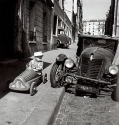 Robert Doisneau – was a French photographer. In the he used a Leica on the streets of Paris; together with Henri Cartier-Bresson he was a pioneer of photojournalism