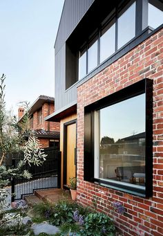Brodecky, house with burnt wood covering in Melbourne by Atlas Architects - Journal du Design - Trend Heilige Architektur 2019 House Cladding, Timber Cladding, Facade House, Modern Brick House, Modern House Facades, Brick House Designs, Modern Windows, Facade Design, Exterior Design