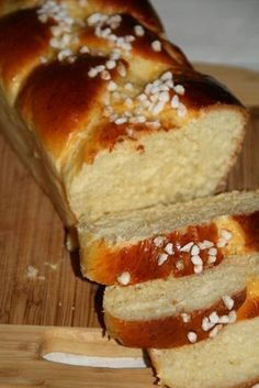THE unbeatable Brioche! You will need: 260 g of flour 50 g of powdered sugar tsp of fine salt 10 cl of warm milk 10 g of fresh baker's yeast 1 egg 40 g of melted butter 1 egg yolk and sugar for the top Let's go: Crumble the yeast in warm milk … Cooking Bread, Cooking Chef, Bread Baking, Cooking Recipes, Bread And Pastries, French Pastries, Brioche Bread, Farine T45, Sweet Bread