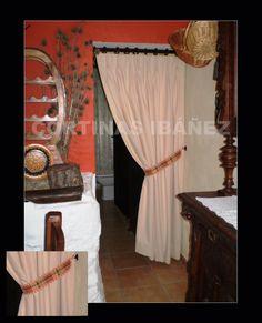 Instalación en casa de campo rustica; Cortinaje de separación, confeccionado en Pique liso y abrazadera coordinada en los colores de la estancia, montado en barra de madera Roble.