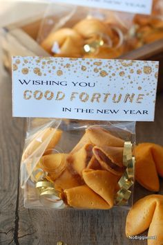 """Happy New Year treat bag toppers - for """"good fortune"""" in the New Year. A gift tag to go with fortune cookies to give to friends and family. Happy New Year Gift, New Year Gifts, Happy New Years Eve, Nye Party, Elmo Party, Mickey Party, Dinosaur Party, Pirate Party, New Year's Crafts"""