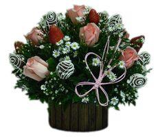 Floral Garden    Delicado arreglo de Rosas de donde brotan vibrantes Fresas rojas acompañadas de exquisitas Fresas cubiertas de chocolate. Un lindo detalle para decorar el centro de su mesa.  * Tonos de Rosas sujeto a disponibilidad.