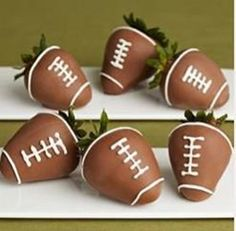 Chocolate Covered Football Strawberries (great idea for a tailgate or super bowl party) Super Bowl Party, Delicious Desserts, Yummy Treats, Sweet Treats, Yummy Food, Deco Fruit, Football Food, Football Parties, Football Treats