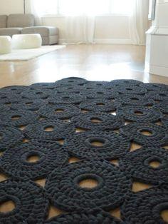 Crochet rug [mondial tissus mood] on aime ce splendide tapis en crochet ! Crochet Diy, Crochet Home Decor, Love Crochet, Crochet Crafts, Yarn Crafts, Crochet Rugs, Modern Crochet, Tunisian Crochet, Crochet Motif