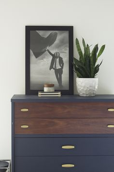 Simple and Natural Modern Home: Spring Home Tour 2018 | Midcentury Modern Bedroom #modernhome #springdecor #springhome #howtodecorateforspring #modern #moderndresser @cbaycandle #chesapeakebay #ad