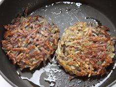 HAMBURGER CON FRISELLE E ROSTI 3/5 -  In una padella fate scaldare 2 cucchiai di olio, formate 4 mucchietti di patate, appiattiteli con una spatola dandogli una forma tonda delle dimensioni dell'hamburger e fateli cuocere a fuoco moderato, facendoli dorare dalle due parti . Teneteli al caldo.