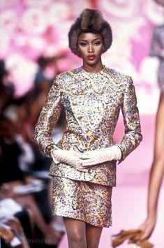 Fall/Winter 1991 Valentino Couture, Valentino Garavani, Very Valentino, Valentino Designer, Fashion Models, High Fashion, Fashion Show, Celebrities Fashion, Women's Fashion