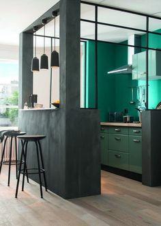 Farven grøn dominerer i indretningen som aldrig før, vi omgiver os med planter, grønne vægge og grønne møbler. Køkkenet er...