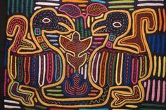 Colorido diseño textil de aves y flores.   Foto de archivo