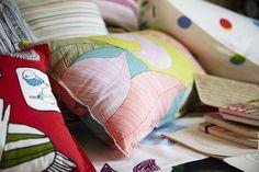 Abondance de coussins colorés à motifs variés