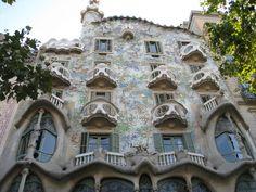 Nos 90 anos da morte de Gaudí, um giro por obras do arquiteto em Barcelona https://donaelegancia.wordpress.com/2016/06/10/nos-90-anos-da-morte-de-gaudi-um-giro-por-obras-do-arquiteto-em-barcelona/