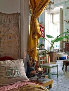Vintage Interior Design Bohemian Home Interior Ideas 24 - The very good design has a potent influence on how folks think and behave. You don't have to go for the traditional black and white checkerboard design. Making impressive interior design may … Bohemian Interior Design, Bohemian Decor, Bohemian Bedrooms, Boho Room, White Bohemian, Bohemian Living, Modern Bohemian, Hippie Bohemian, Vintage Bohemian