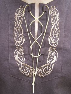 Theese unique design shirts with short-sleeved are available in color dark brown flax. The celtic dragon ornament was done by machine-made embroidery. The dragon symbolizes the highest wisdom and protection. Viking Tunic, Medieval Tunic, Viking Garb, Viking Shirt, Viking Men, Viking Dress, Medieval Costume, Viking Costume Diy Mens, Medieval Archer