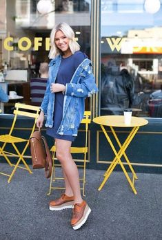 Pair an oversized denim jacket (this is where your boyfriend will come in handy) with a t-shirt dress and some chunky sneakers. Pretty Outfits, Cool Outfits, Summer Outfits, Pretty Clothes, Fashion Poses, Fashion Outfits, Travel Outfits, Fasion, Fall Fashion Trends
