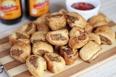 Sausage rolls is a type of savoury pastry very popular here in New Zealand as well as Australia. Basically it is sausage meat wrapped in puff pastry then baked until golden brown. Savory Pastry, Flaky Pastry, New Zealand Food, Great Recipes, Favorite Recipes, Sausage Rolls, Beef Recipes, Recipies, Kiwi Recipes