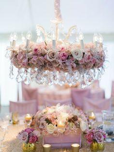 Decoración de bodas con candelabro floral.