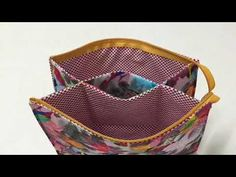 Tutorial for toiletry bad. Make larger with handles Sewing Tutorials, Sewing Projects, Pouch Tutorial, Patchwork Bags, Fabric Bags, Zipper Bags, Bag Making, Hand Sewing, Purses And Bags