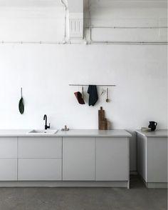 Just quietly sitting back and enjoying this grey minimal kitchen. Interior Desing, Home Interior, Kitchen Interior, Interior Modern, Grey Kitchens, Home Kitchens, Kitchen Grey, Kitchen Modern, Kitchen Dinning