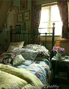 english cottage vintage style bedroom Check Out 27 Fabulous Vintage Bedroom Decor Ideas To Die For. Vintage bedrooms aren't only for girls but they are often very feminine: with lace, refined furniture, floral-patterned textiles and ruffles. Vintage Bedroom Styles, Vintage Bedroom Decor, Vintage Bedrooms, Vintage Decor, Vintage Bedding, Vintage Curtains, Antique Decor, Vintage Stil, Style Vintage