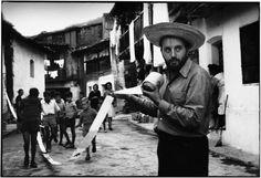 ALBERTO GRECO Vivo-dito , 1963 Serie de acciones de señalamiento registradas por el artista, realizadas en julio de 1963 en Piedralaves, provincia de Ávila, España. Colección Castagnino+macro