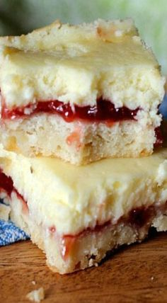 The preparation of Strawberry Lemon Cheesecake Bars will take a little bit of time. Very tasty and easy-to-prepare dessert, simple and at the same time refined Lemon Desserts, Lemon Recipes, Just Desserts, Baking Recipes, Desserts For Potluck, Cookie Recipes, Lemon Cheesecake Bars, Cheesecake Recipes, Dessert Recipes