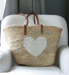 Mooie palmbladmand met een wit hart. €21.95 Verkrijgbaar bij mandenwebwinkel MAND&MAND