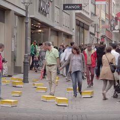 Guerilla Marketing Post: Aus dem Nichts tauchten plötzlich in Luzern zahlreiche fahrende Pakete auf und verfolgten Passanten. Der Inhalt der Pakete überraschte Guerilla Marketing, Viral Marketing, Advertising Campaign, Ads, Creative Advertising, Guerrilla, Poster, Creative Ideas, Design