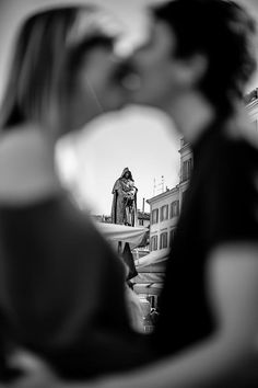 Kissing in #rome  Elisa + Marco | #Engagement sessione before #wedding #italy #destinationwedding