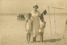 Şehzade Burhaneddin Cem Efendi (solda) ve Şehzade Bayezıd Osman Efendi (sağda), Fransa'da anneleri Şadiye Hadice Hanımefendi'yle.
