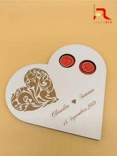 Va prezentam suportul/cutia pentru verighete Extremly Love, realizata din lemn alb de 3 mm, cu urmatoarele elemente gravate: inima, nume miri si data nuntii. Cele doua locasuri taiate special pentru verighete sunt vopsite in rosu.