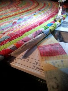 Ric-Rac: July 2015 How to sew a fabric rug : Tutorial. Sewing without a safety net Fabric Bowls, Fabric Rug, Fabric Scraps, Scrap Fabric, Braided Rag Rugs, Rope Rug, Sewing Projects For Beginners, Handmade Rugs, Sewing Crafts