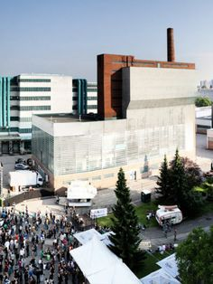 """341 Jahre lang wurden in der """"Tabakfabrik Linz"""" zuerst Textilien und später Tabakwaren produziert - heute dient der coole Industriebau aber als angesagteLocationfür Ausstellungen, Aufführungen, Messen, Konzerte und Events. Dortist also garantiert immer waslos! Die nächsten Veranstaltungen könnt ihr übrigens hier checken.Tabakfabrik LinzPeter-Behrens-Platz 11, 4020 Linz"""