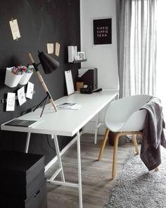Schwarze Tafelfarbe im Homeoffice, ein langer Schreibtisch und HAY Stuhl. Schnell eingerichtet und gar nicht teuer. #günstig #homeoffice #schreibtisch #weiß #tafelwand #schwarz #living #wohnen #wohnideen #einrichten #interior #COUCHstyle
