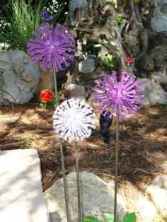 Screws, golf ball and a bit of spray paint…great garden decor! Screws, golf ball and a bit of spray paint…great. Garden Whimsy, Garden Junk, Diy Garden, Garden Crafts, Garden Projects, Garden Gate, Outdoor Crafts, Outdoor Art, Glass Flowers
