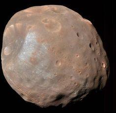 Espectacular vista de Fobos, una de la 2 lunas de Marte, descubierta por el astrónomo Asaph Hall en 1877. Se piensa que puede ser un asteroide capturado por el planeta, que en algún momento, de aquí a 100 millones de años, se estrellará contra este o se desintegrará. Crédito: @distantsuns