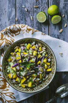 L'insalata di cetrioli, mango e prosciutto cotto affumicato è il contorno perfetto per l'estate: bilanciato e saporito, ma al tempo stesso delicato!