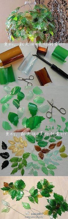 bella lámpara con piezas de plástico, tomadas de botellas recicladas