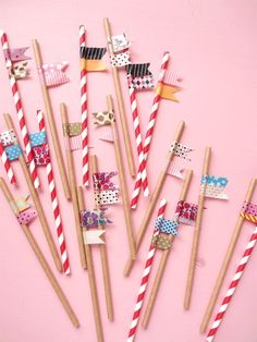 Add a lil' bit of flair to any paper straw with this super quick and easy DIY! Perfect for parties! Straw Projects, Paper Pin, Paper Cupcake, Cupcake Papers, Cool Mom Picks, Washi Tape Diy, Paper Straws, Vintage Quilts, Easy Gifts