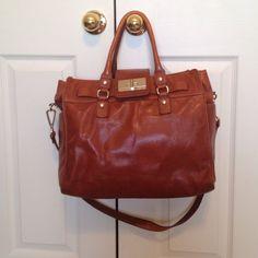 Calvin Klein bag/tote Great bag, has 2 inside pockets and a zipper pocket with 2 side pockets on the outside as pictured. Good condition! The long strap is removal. Calvin Klein Bags Totes