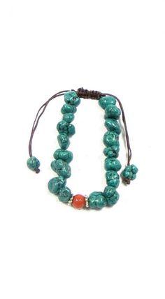 """Kushi 26. Bracelet tibétain """"Mala"""" en turquoises. Fabrication artisanale. Le mala est aussi appelé rosaire bouddhique. Il est l'un des attributs essentiels du pèlerin et d'un grand nombre de divinités. Le mala collier est composé de 108 perles enfilées. On l'égrène en tirant les perles vers soi, ce qui symbolise que l'on tire les êtres hors de la souffrance. Le bracelet comporte moins de perles et permet un gain de place."""