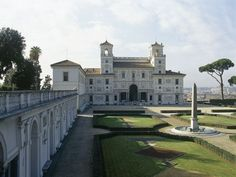 La Villa Medicis à Rome, un de mes endroits favoris au monde pour s'y promener, se retrouver soi-même dans le calme de ce lieu empreint d'une histoire si riche et imprégné de l'âme de Balthus. Ou simplement pour y prendre un café en contemplant la ville sublime.